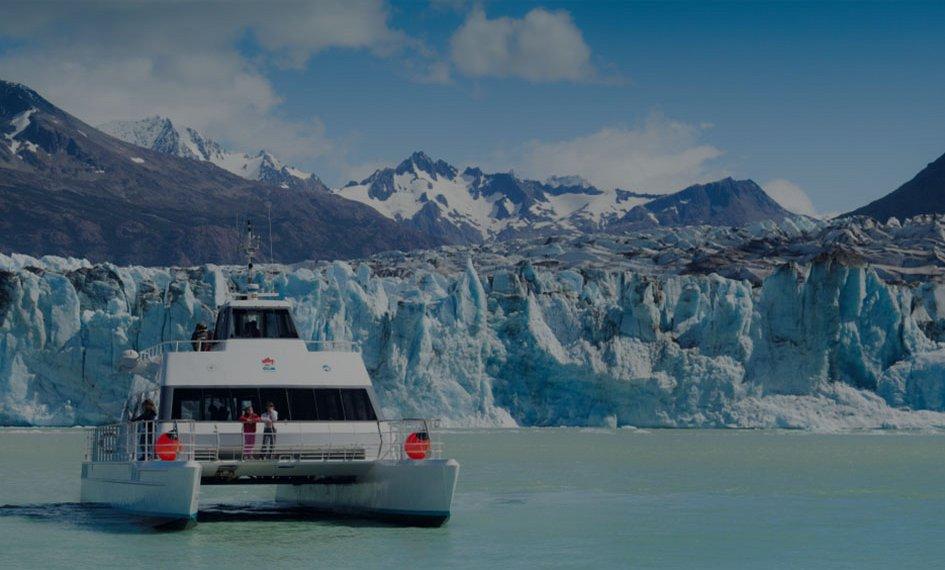 catamarán en glaciar